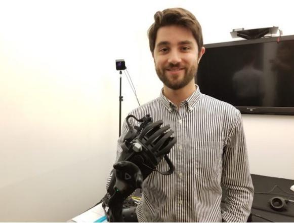 HaptX 首席执行官杰克鲁宾与公司新的 HaptX Gloves