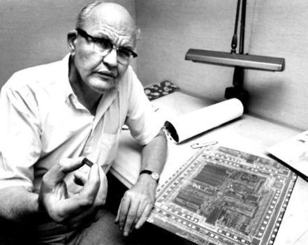 Jack Kilby展示了1982年的集成电路