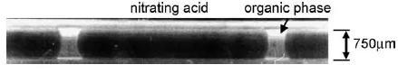 图11. 在毛细管微反应器中带有硝酸和有机相塞的液-液两相活塞流