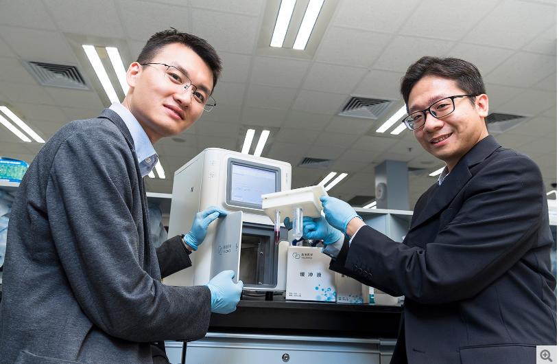 邹博士(左)余博士(右)及其他生物医学系团队成员研发出精准癌症早期筛查和疾病监测的突破性技术。