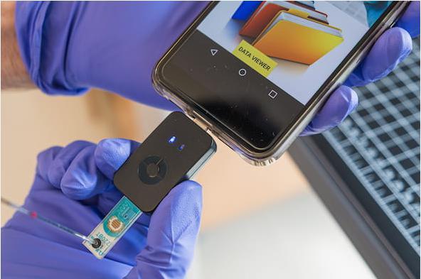微流控芯片简化了COVID-19检测,可在55分钟或更短时间内在手机上提供结果